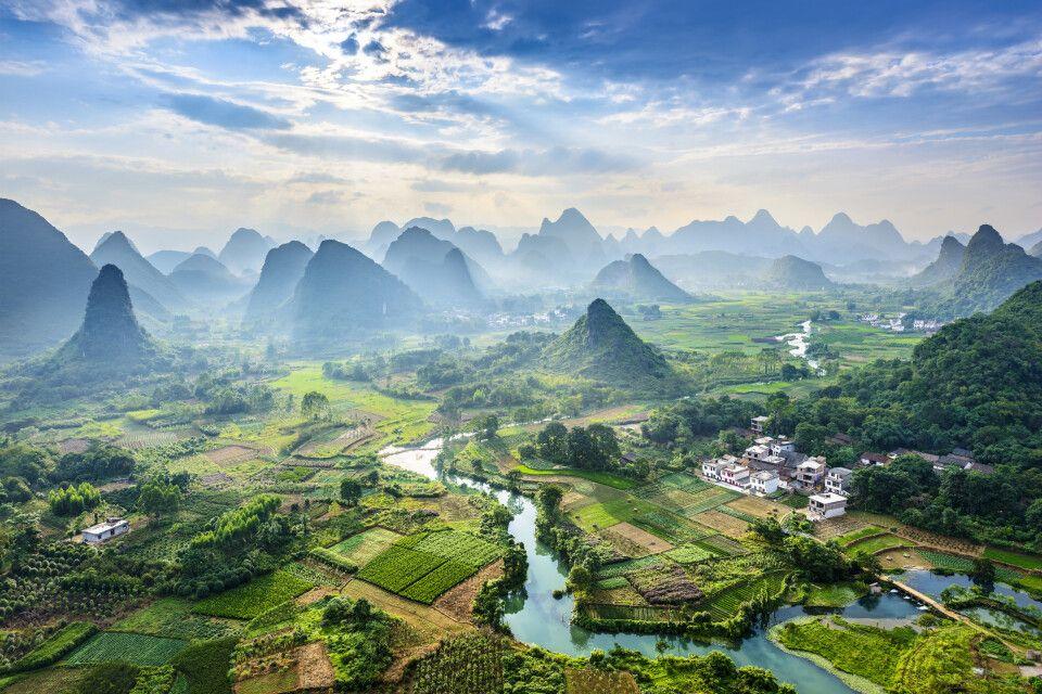 Blick auf den Li-Fluss und die Karstberge hinter Yangshuo, Guilin, Guangxi