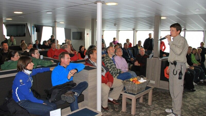Briefing in der Lounge der Plancius © Diamir