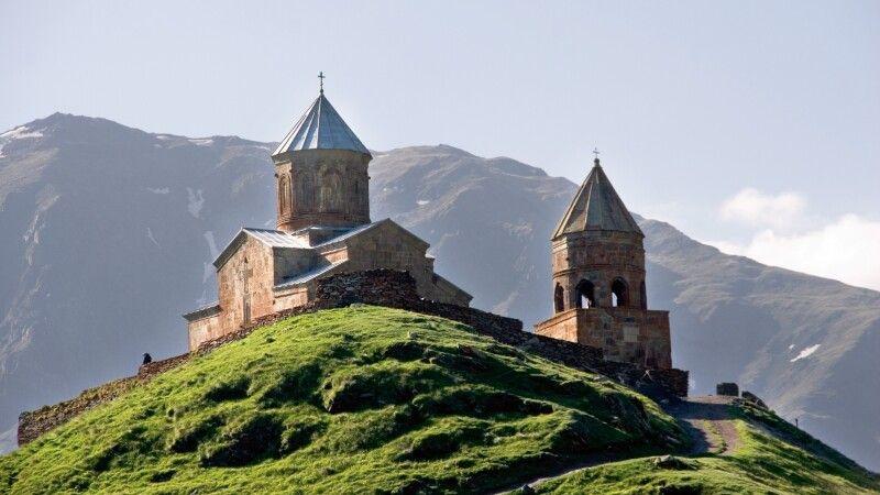 Dreifaltigkeitskirche von Gergeti Zminda Sameba © Diamir