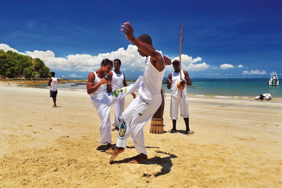 Capoeira-Vorführung am Strand